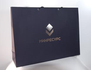 Дизайнерские пакеты, дизайнерская бумага синий плайк, тиснение логотипа на пакете из дизайнерской бумаги, бумажный пакет из дизайнерской бумаги