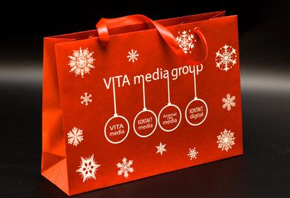 реклама на пакетах, бумажные пакеты, пакет с логотипом, дизайнерский пакет с атласной лентой, красные люверсы на пакете